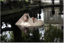 détail de la Fontaine Médicis — nez affleurant le bassin