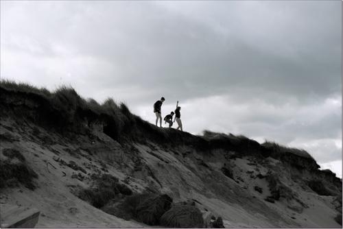 trois enfants sur les dunes d'Utah Beach