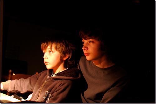 Tarquinou et Tarquinet réunis derrière un écran d'ordinateur