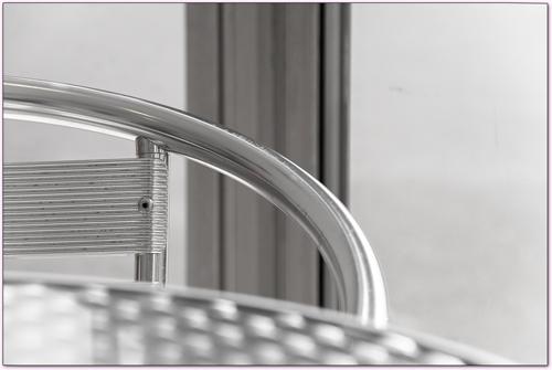 chaise, table et châssis métalliques